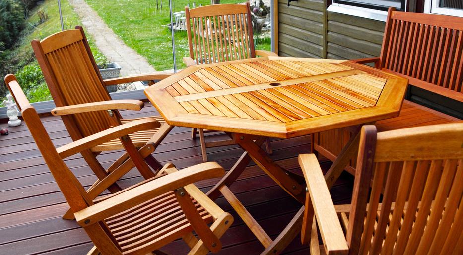 Holzterrassenmöbel frisch geölt